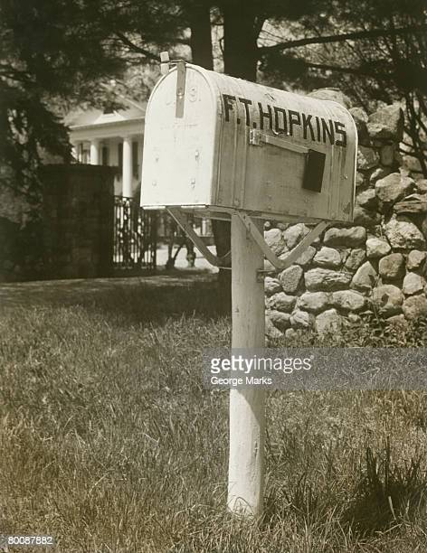 mailbox outside house - domestic mailbox stock pictures, royalty-free photos & images
