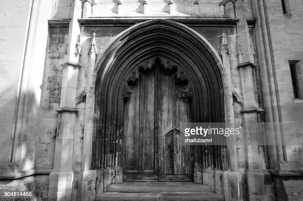 main door of bristol cathedral in united kingdom - shaifulzamri foto e immagini stock