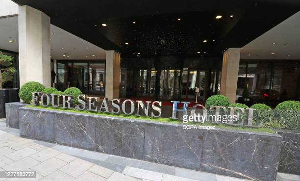 Main entrance of the Four Seasons hotel in Park Lane. Many of London's 5 star Luxury Hotels which are world renowned are still closed, despite the...