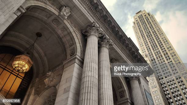 main entrance of the new york public library, along 5th avenue in midtown manhattan, new york city - boog architectonisch element stockfoto's en -beelden