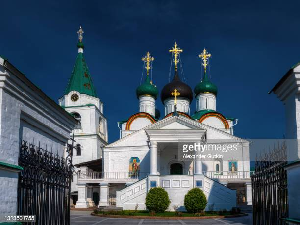main entrance to the pechersky ascension monastery, nizhny novgorod, russia. - ニジニ・ノヴゴロド州 ストックフォトと画像