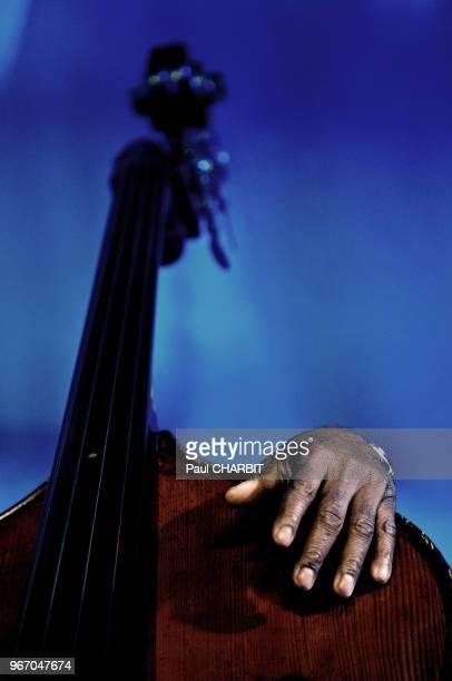 Main et contrebasse d'Alex Blake lors d'un concert live au 'New Morning' le 30 juin 2016 à Paris France