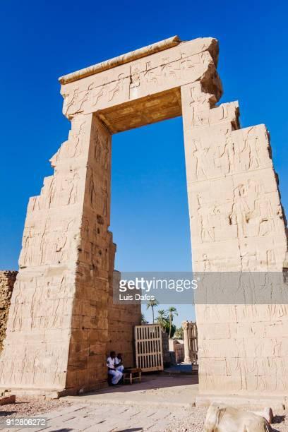 main gateway to dendera temple - tempelcomplex van dendera stockfoto's en -beelden