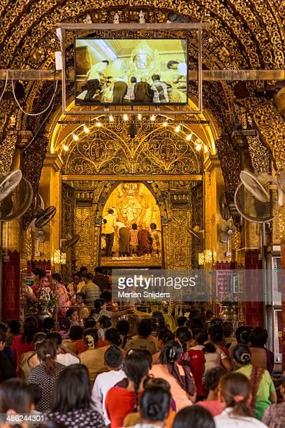 main hall at mahamuni buddha temple - merten snijders stockfoto's en -beelden