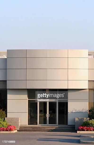edificio de oficinas la entrada principal - fachada arquitectónica fotografías e imágenes de stock