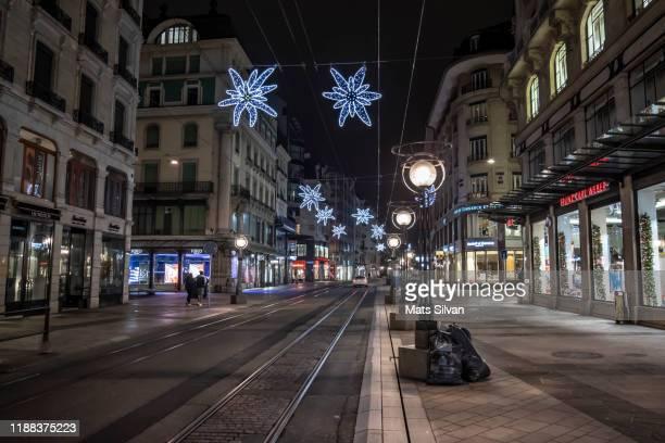main shopping street at night in geneva, switzerland. - vanishing spray stock pictures, royalty-free photos & images