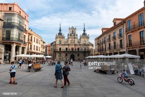 hauptplatz und rathaus in astorga, spanien - provinz leon stock-fotos und bilder