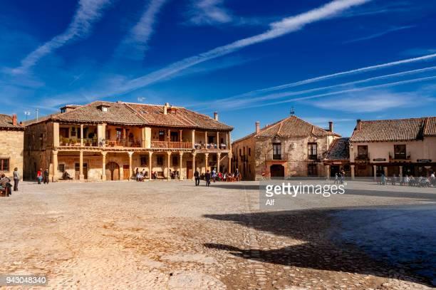 main square of medieval village of pedraza de la sierra (segovia, spain) - praça imagens e fotografias de stock