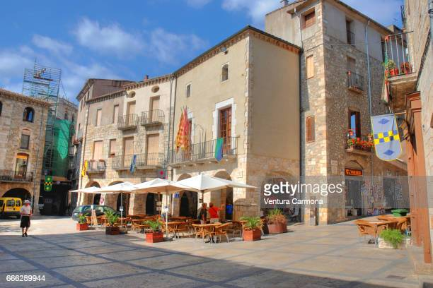 main square of the medieval besalú - catalonia, spain - ruhige szene stock pictures, royalty-free photos & images