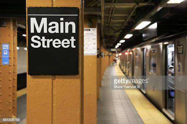 main street station of no.7 subway line - flushing queens new york stockfoto's en -beelden