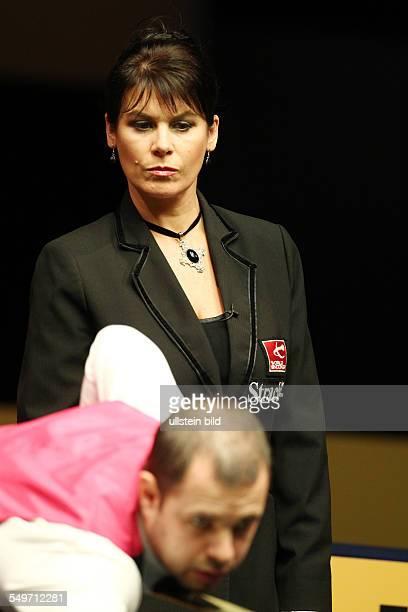 Main Tour Event im Tempodrom - Barry Hawkins, dahinter Michaela Tabb Schiedsrichter Referee, Halbfinale , Sport, Snooker Billard, Berlin German...