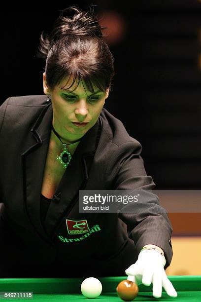 Main Tour Event im Tempodrom - Michaela Tabb braune Kugel Ball auflegend, Halbfinale , Sport, Snooker Billard, Berlin German Masters im Tempodrom,
