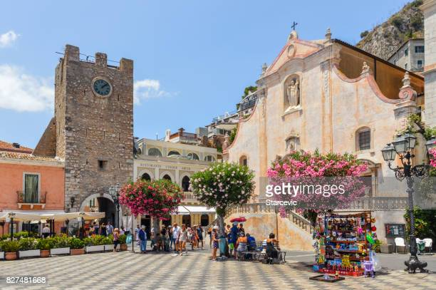 main town square in taormina, sicily - taormina stock pictures, royalty-free photos & images