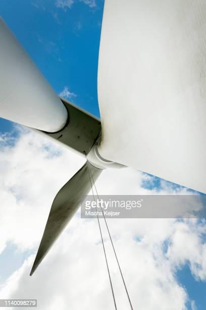maintenance work on the blades of a wind turbine - biddingshuizen stockfoto's en -beelden