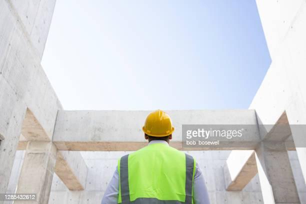de arbeidermens van het onderhoud bij bouw - low angle view stockfoto's en -beelden