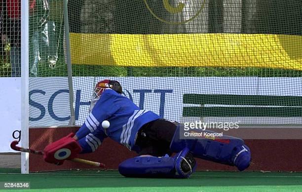 MEISTERSCHAFT 2000 FINALE Mainz CLUB AN DER ALSTER HAMBURG HTHC HAMBURG 89 nE Clemens ARNOLD/HTHC HAMBURG haelt den entscheidenden Siebenmeter