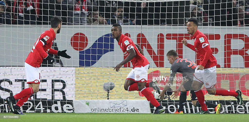 Mainz' Colombian forward Jhon Andres Cordoba (C) celebrates scoring the opening goal during the German first division Bundesliga football match between FSV Mainz 05 and FC Bayern Munich in Mainz, southern Germany on December 2, 2016. / AFP / DANIEL
