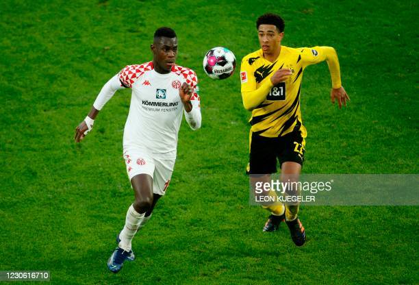 Mainz' French defender Moussa Niakhate and Dortmund's English midfielder Jude Bellingham vie for the ball during the German first division Bundesliga...
