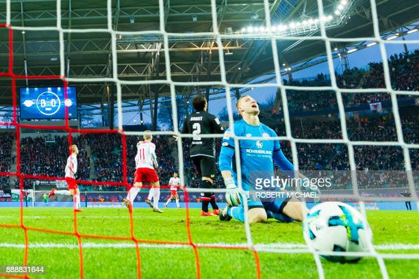 Mainz' goalkeeper Robin Zentner fails to save the first goal by Leipzig's Slovanian midfielder Kevin Kampl during the German first division...