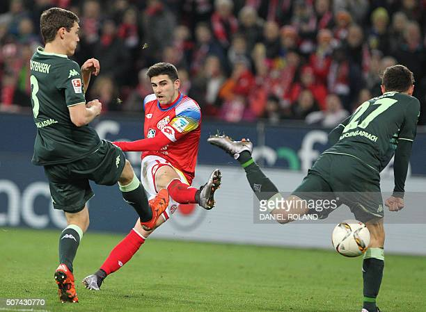 Mainz' Spanish midfielder Jairo Samperio tries to score past Moenchengladbach's Danish defender Andreas Christensen and Moenchengladbach's midfielder...