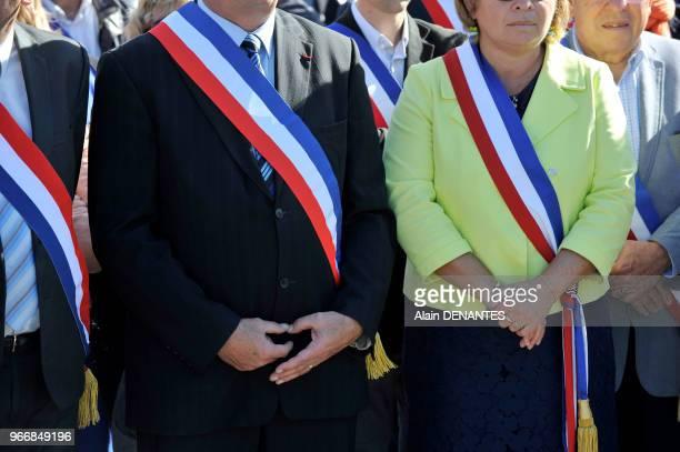 Maires homme et femme portant leur echarpe tricolore lors du rassemblement de protestation contre la baisse des dotations de l'Etat aux communes, le...