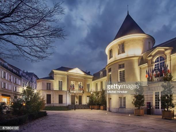 Mairie et place de la mairie de Clamart le soir
