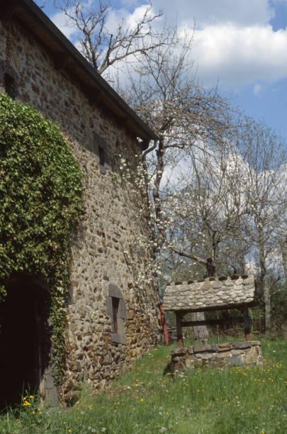 Maison ancienne traditionnelle dans le Cantal Pictures | Getty Images