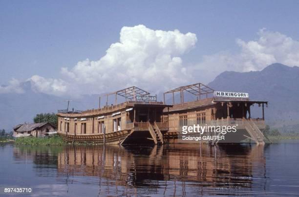 Maison flottante sur un lac dans le Kerala en octobre 1990 Inde