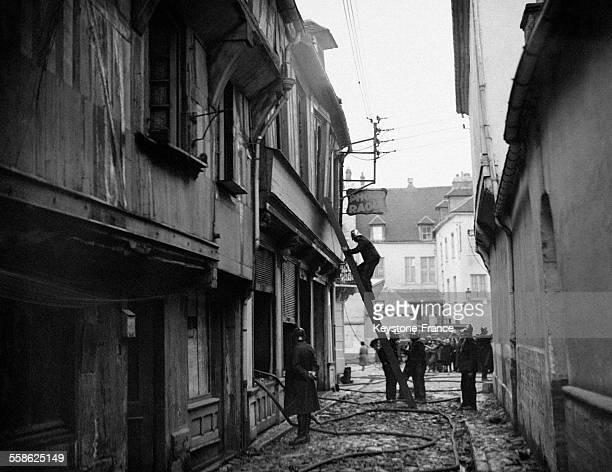 Maison historique datant de XVIe siècle entièrement détruite par un incendie à Beauvais France le 11 avril 1932