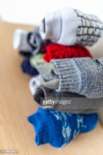 maison - tas de chaussettes diformes - paire photos et images de collection