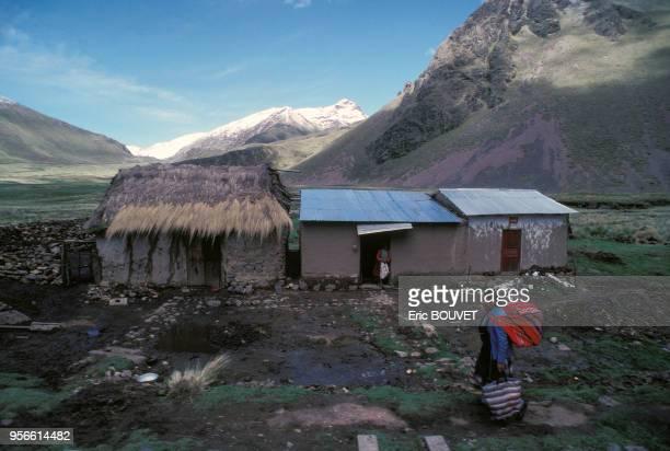 Maisons dans la montagne en janvier 1989 au Pérou