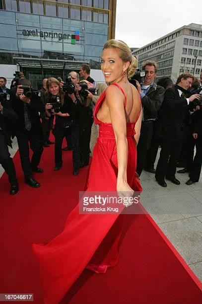 Maja Prinzessin Von Hohenzollern In Einem Kleid Von Tulpendesign Hamburg Bei Der Ankunft Zur Verleihung Der 13 Fifi Awards In Der Ullstein Halle In...