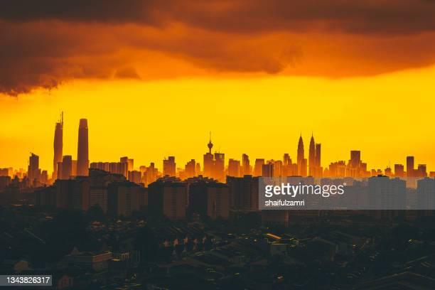 majestic and golden sunset over downtown kuala lumpur - shaifulzamri foto e immagini stock