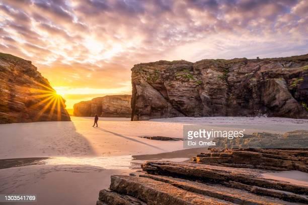 majestuoso amanecer brillante en playa de las catedrales catedrales playa, galicia, españa - galicia fotografías e imágenes de stock