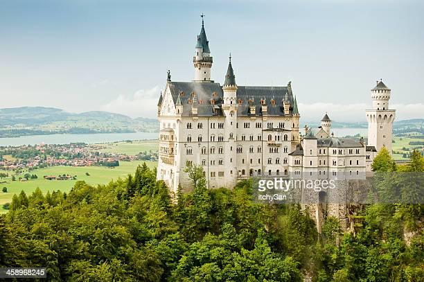 majestätische schloss neuschwanstein - castle stock-fotos und bilder