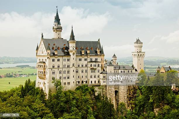 majestic castle neuschwanstein - neuschwanstein castle stock pictures, royalty-free photos & images