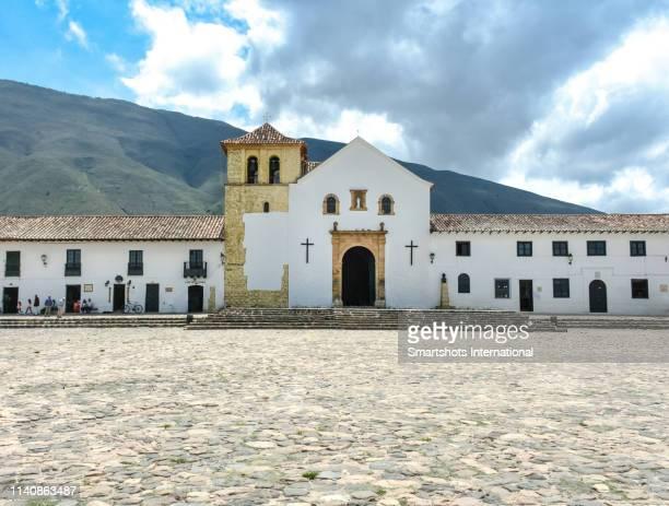 """majestic church of """"our lady of the rosary"""" on plaza mayor square of villa de leyva in boyacá, colombia - villa de leyva fotografías e imágenes de stock"""