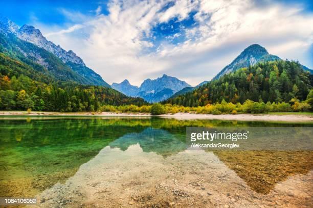 majestätische sauberen see in der schweiz - kanton graubünden stock-fotos und bilder
