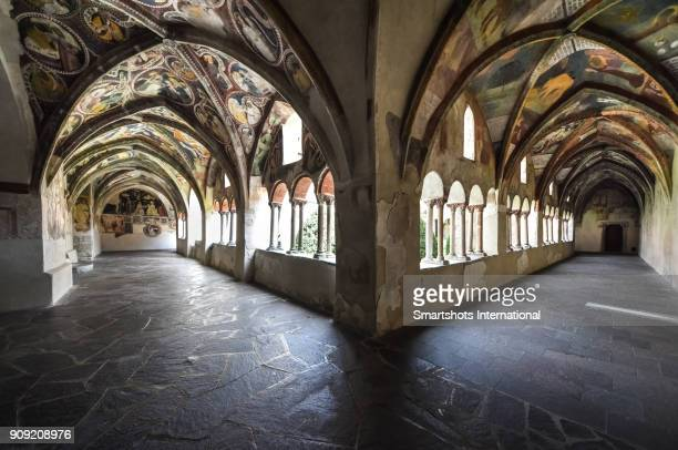 majestic cloister in romanesque style and with medieval frescoes in brixen (bressanone), south tyrol, italy - alto adige foto e immagini stock