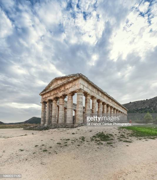majestic doric temple of segesta against dramatic sky in sicily, italy - temple grec photos et images de collection