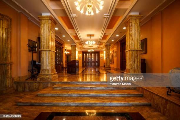 雄大な入り口で、階段や大理石の柱 - クラシック ストックフォトと画像