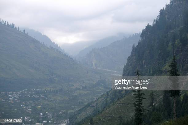 majestic kullu valley, himalaya, india - argenberg ストックフォトと画像