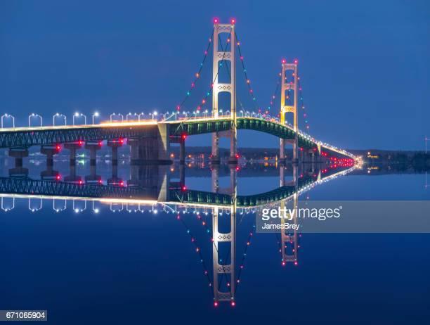 Majestuoso Puente de Mackinac brilla en Crepúsculo amanecer azul profundo.