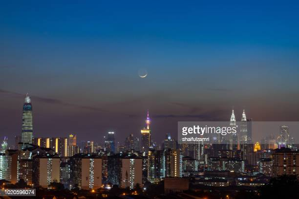majestic moon rise over kl tower and surrounded buildings in downtown kuala lumpur, malaysia. - shaifulzamri photos et images de collection