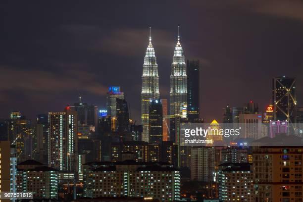 majestic night landscape of downtown kuala lumpur, malaysia - shaifulzamri fotografías e imágenes de stock