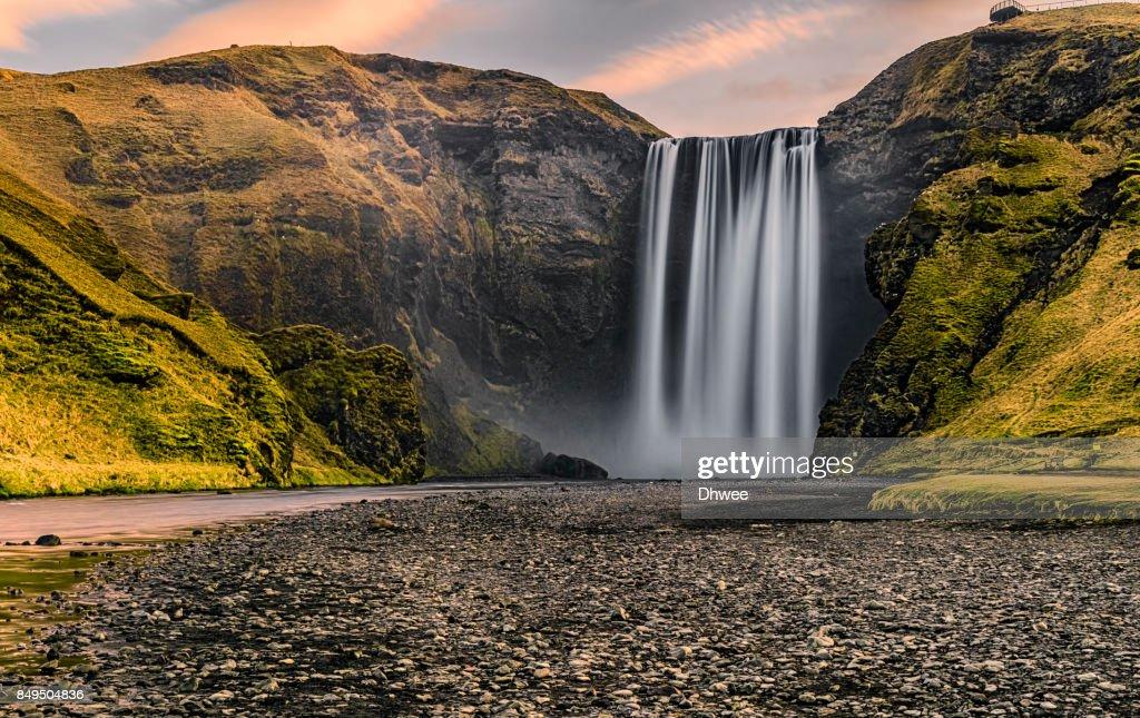 Majestic Of Skogafoss Waterfall In The Morning Sunrise : Stock-Foto