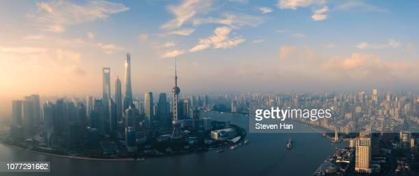 majestic scenery of shanghai at dawn - rio huangpu - fotografias e filmes do acervo