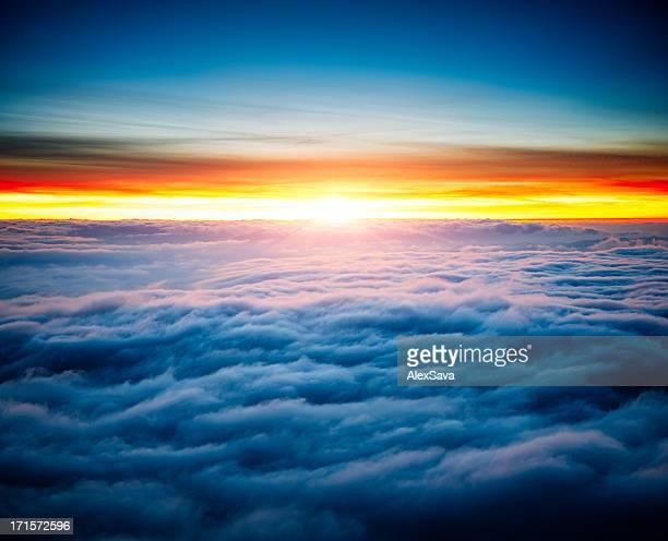 Majestoso nascer do sol acima de nuvens