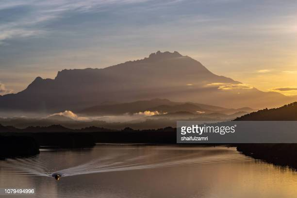 majestic sunrise of mount kinabalu - shaifulzamri photos et images de collection