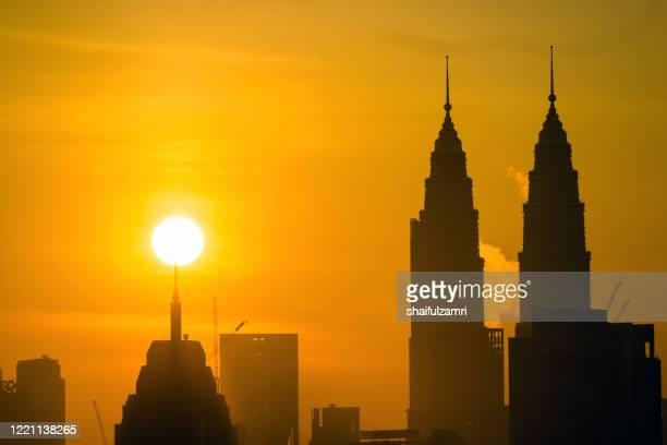 majestic sunrise over down town kuala lumpur, malaysia - shaifulzamri fotografías e imágenes de stock